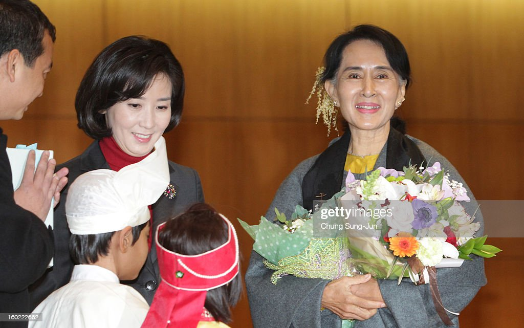 Pro-democracy leader Aung San Suu Kyi (R) arrives at Incheon International Airport on January 28, 2013 in Incheon, South Korea. Myanmar opposition party leader and Nobel Peace Prize laureate arrived in South Korea for a 5-day visit