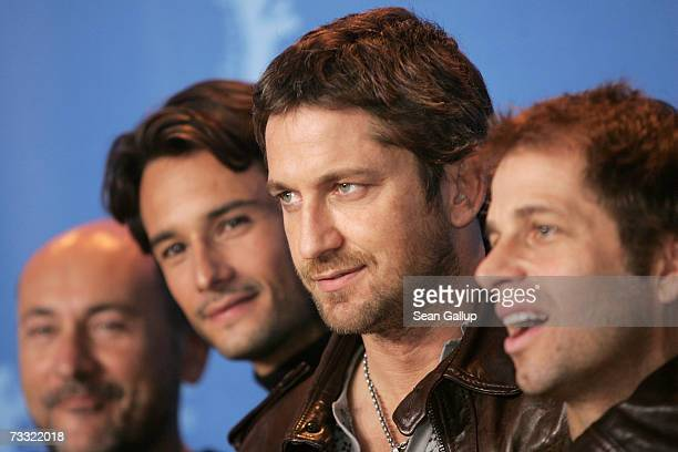 Producer Gianni Nunnari actors Rodrigo Santoro and Gerard Butler and director Zack Snyder attend a photocall to promote the movie '300' during the...