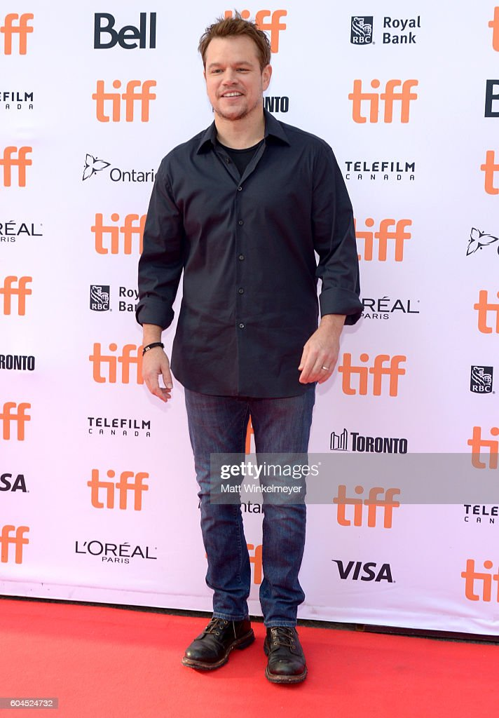 producer-matt-damon-attends-the-manchester-by-the-sea-premiere-during-picture-id604524732