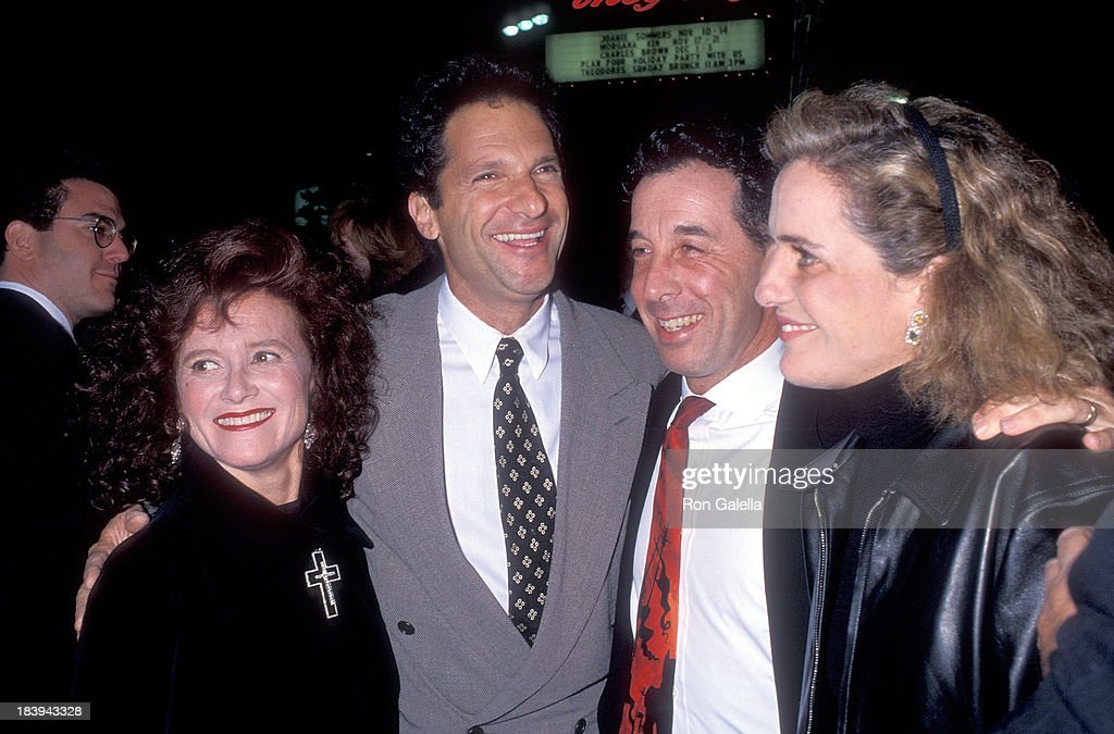Producer Peter Guber and wife Lynda Guber producer Mark Canton and producer Wendy Finerman attend the 'Bram Stoker's Dracula' Hollywood Premiere on...