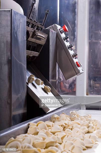 Ligne de Production dans une usine de restauration. Ravioli de préparation.