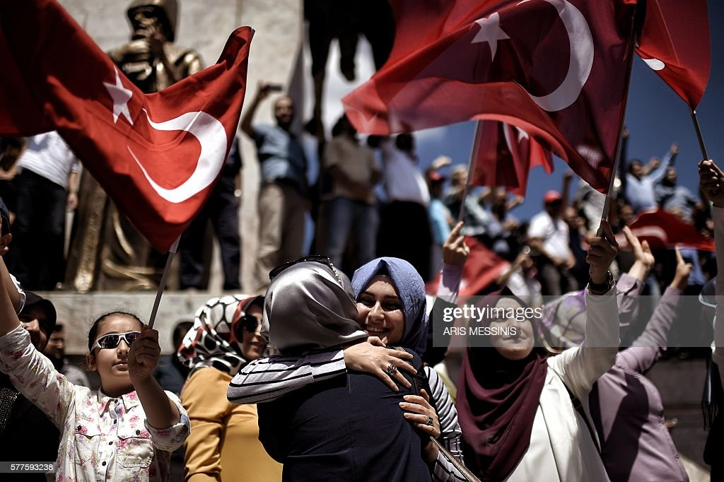 TOPSHOT - Pro-Erdogan supporters react during a protest at the Sarchane park in Istanbul on July 19, 2016. The Turkish army said on July 19 that the vast majority of its members had no links with the July 15 attempted coup and warned that the putschists would face severe punishment. The armed forces blamed the 'Fethullah Terrorist Organisation' (FETO) for the failed putsch, referring to Fethullah Gulen, a one-time ally turned foe of President Recep Tayyip Erdogan. Turkey's prime minister said on July 19 his government had sent four files to the United States, as Ankara seeks the extradition of US-based preacher Fethullah Gulen. / AFP / ARIS