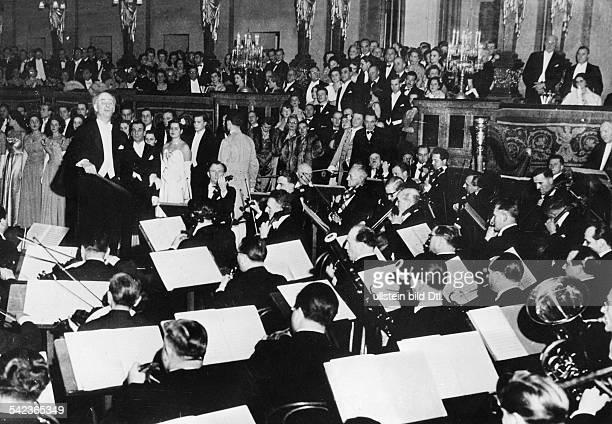 Prof Wilhelm Furtwängler dirigiertin den Räumen des Wiener Kunstvereinsanlässlich eines Balles der WienerPhilharmoniker 1950