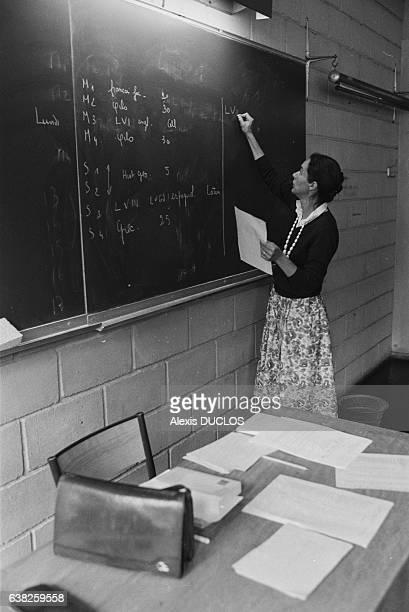 Professeur écrivant au tableau le jour de la rentrée le 9 septembre 1985 à Vernon France