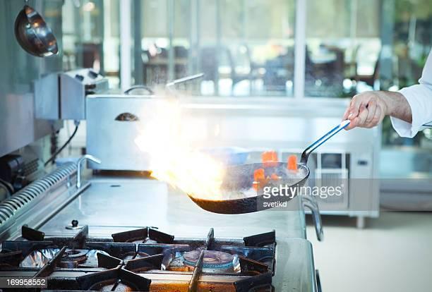 Professionellen Koch frying Gemüse.