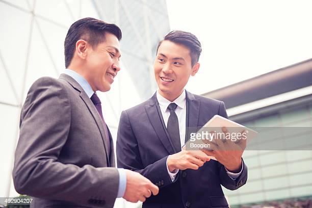 Professionellen chinesischen Geschäftsleute finanzielle Beratung in Hong Kong