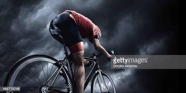Équipe cycliste sous un ciel orageux