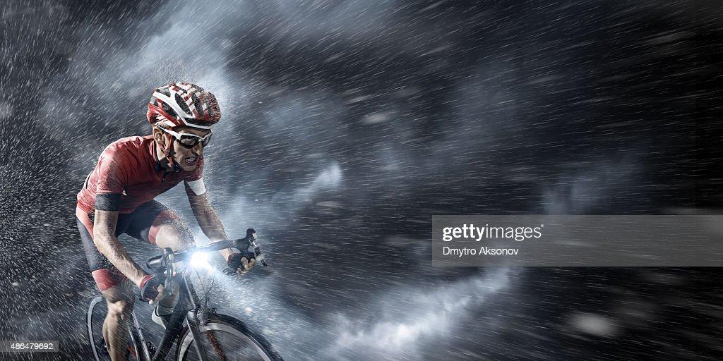 Équipe cycliste sous un ciel orageux : Photo