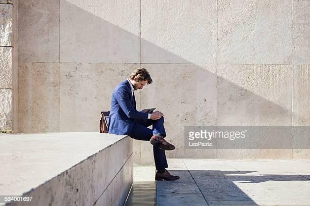 プロの男性シーテッドオフィスの外側