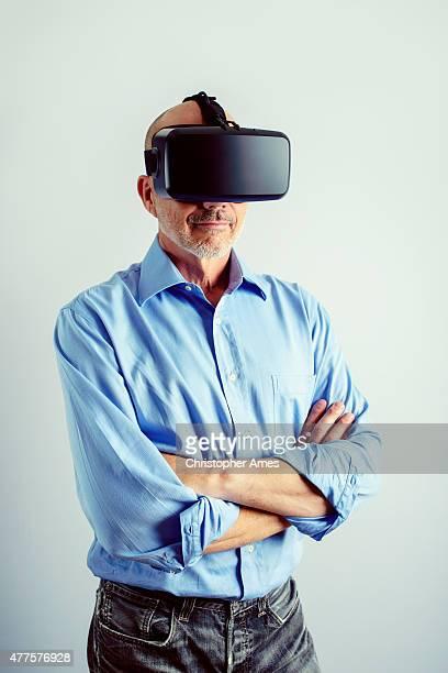 Homem profissional usando auscultadores com microfone de realidade Virtual