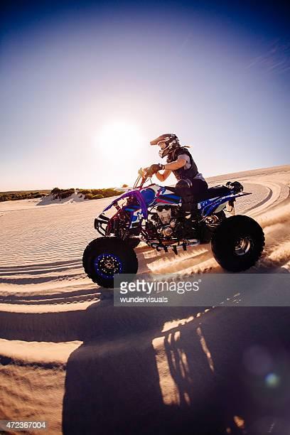 Professionelle quad Motorrad-Rennen auf einer Sanddüne