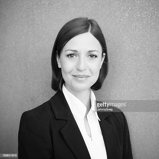 portait noir et blanc femme chic 30 ans souriante photos et images de collection
