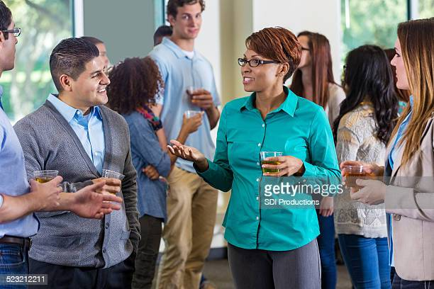 De professionnels et d'anciens étudiants discutant lors de mixage ou fête