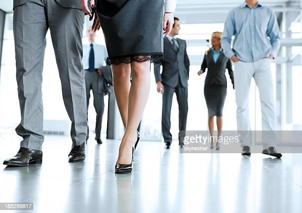 Professionnels en entrant dans un immeuble de bureaux