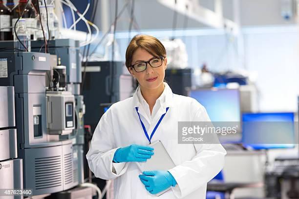 Femme en laboratoire avec des professionnels spécialiste du matériel scientifique