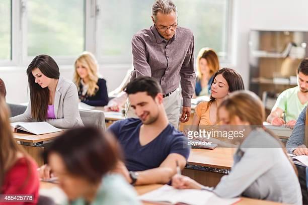 講師のお手伝いで、スクール形式の女性の学生。