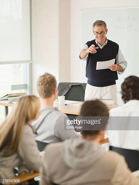 Professeur devant en configuration salle de classe