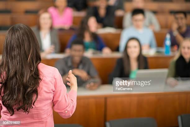 Professor gibt einen Vortrag hält