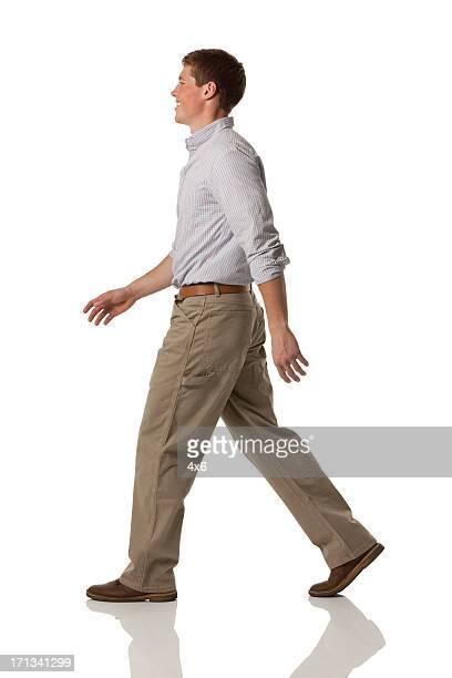 Profil von ein glücklicher Mann zu Fuß