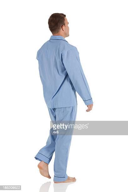 Profilo di un uomo a piedi