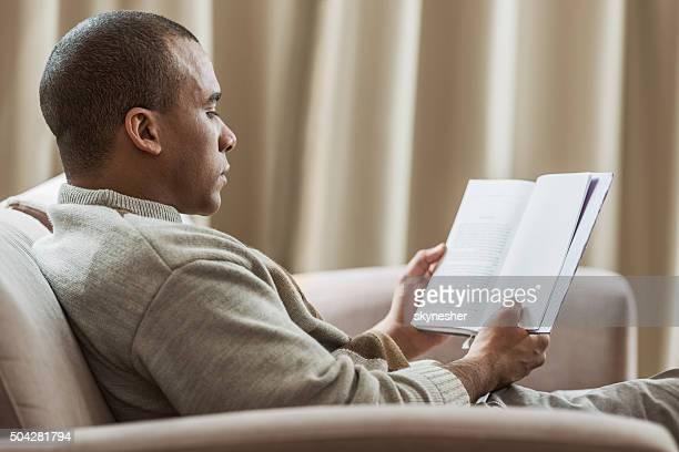 プロフィールのアフリカ系アメリカ人男性読書をお楽しみいただけます。