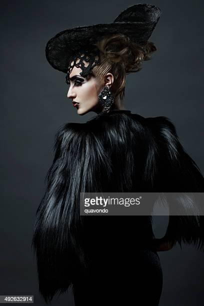 Profil d'un modèle de mode avec chapeau et une veste en fourrure
