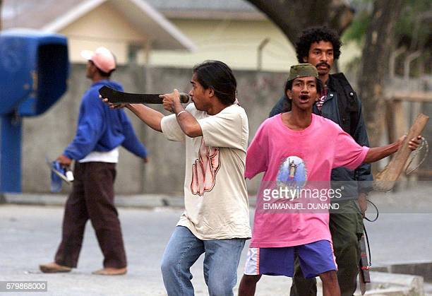 Proindependence supporters taunt proIndonesian militiamen 01 September 1999 during clashes between proindependence and prointegration supporters in...