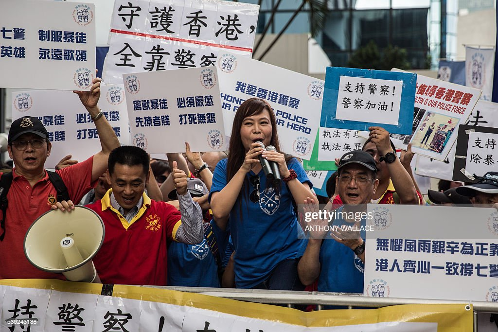 Pro-police protesters shout slogans ahead of the arrival of seven members of the police (not pictured), who allegedly beat activist Ken Tsang during the 2014 pro-democracy protests, outside the District Court in Hong Kong on June 1, 2016. Seven Hong Kong police officers appeared in court on June 1 over the beating of a pro-democracy protester during mass rallies in 2014, an incident which was captured on film and beamed around the world. / AFP / ANTHONY