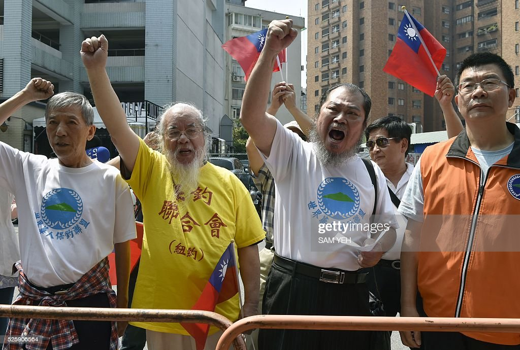 Pro-Taiwan and China unification activists chant slogans outside the Japan Exchange Association during a demonstration in Taipei on April 29, 2016. Taiwan summoned Japan's representative to protest its seizure of one of the island's fishing boats in an area where Tokyo claims exclusive rights. / AFP / SAM YEH
