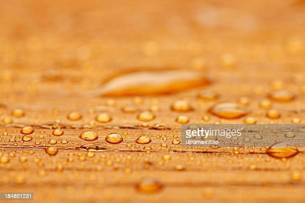 Geschützte Holz nach Regen-überdachte mit Wassertropfen