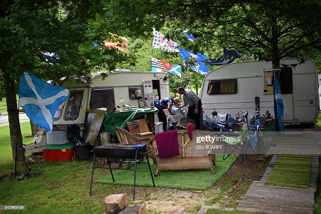 A protest camp of people calling for a second referendum on Scottish independence, in Edinburgh, Scotland on June 25, 2016, following the pro-Brexit result of the UK's EU referendum vote. The result of Britain's June 23 referendum vote to leave the European Union (EU) has pitted parents against children, cities against rural areas, north against south and university graduates against those with fewer qualifications. London, Scotland and Northern Ireland voted to remain in the EU but Wales and large swathes of England, particularly former industrial hubs in the north with many disaffected workers, backed a Brexit. / AFP / OLI