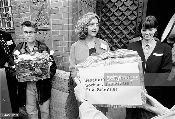 Protest von Frauengruppen der Stadt gegen Kuerzungen im Senatsetat Senatorin für Arbeit und Soziales Gabriele Schoettler wird verantwortlich gemach...