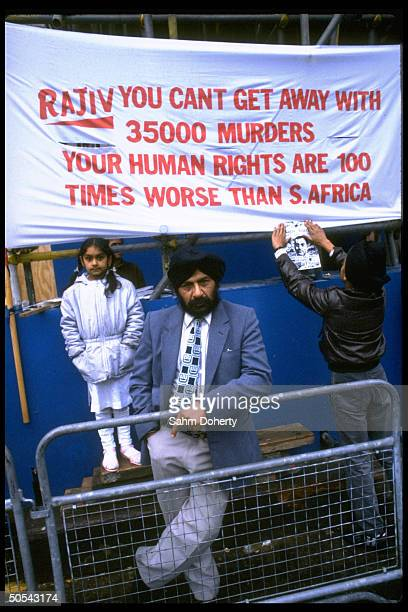 Protesters against Indian PM Rajiv Gandhi administration outside commonwealth meeting