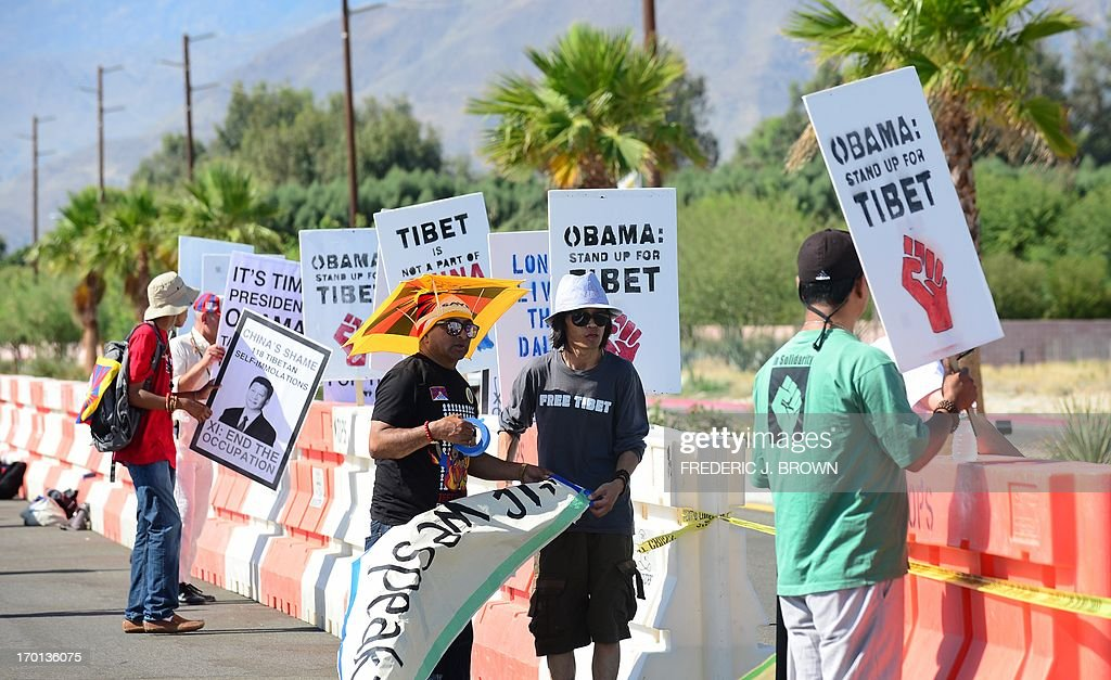 Protesters for the Tibetan cause set up their placards in a cordoned off protest zone across from where President Barack Obama is due to meet his Chinese counterpart Xi Jinping in the California desert community of Rancho Mirage, a little over 100 hundred miles east of Los Angeles, on June 7, 2013, where they were joined by Falun Gong practioners in protesting the brutal repression of China's ruling Communist Party. Xi, the Chinese leader arrived in southern California the previous evening and stayed in a nearby hotel, according to the local Desert Sun newspaper, ahead of what was planned as an unusually relaxed US-China summit. AFP PHOTO/Federic J. BROWN