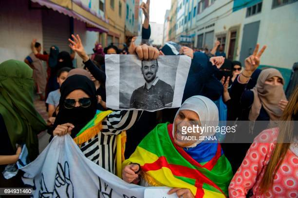 Protesters of the Rif movement 'Hirak' demonstrate and shout slogan against the government in Imouzren on june 11 2017 / AFP PHOTO / FADEL SENNA