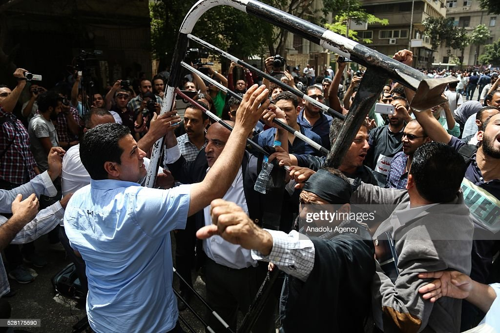 Protesters try to remove barricades set by police as Egyptian journalists hold the protest after security forces raided the Syndicate down town Cairo, Egypt, 04 May 2016. Hundreds of Egyptian Journalists gathered for an urgent assembly meeting in the Syndicate of Journalists building to discuss measures of escalation.