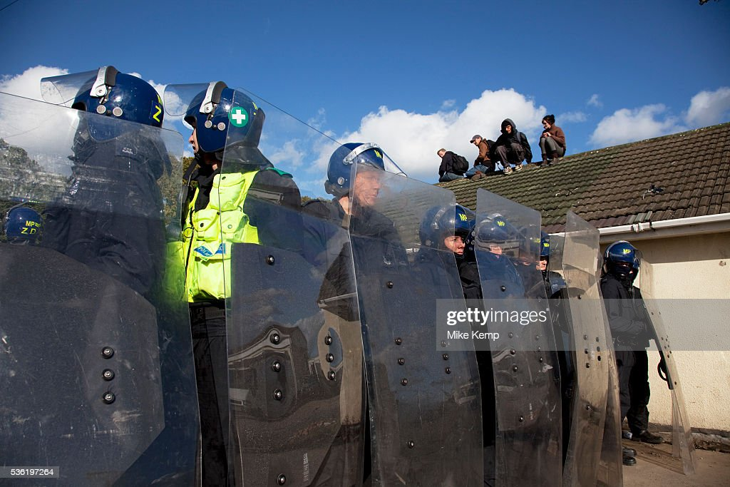 Protesters who barricaded themselves above the entrance to the Dale Farm travellers' site have been removed by police as bailiffs prepare to move in...