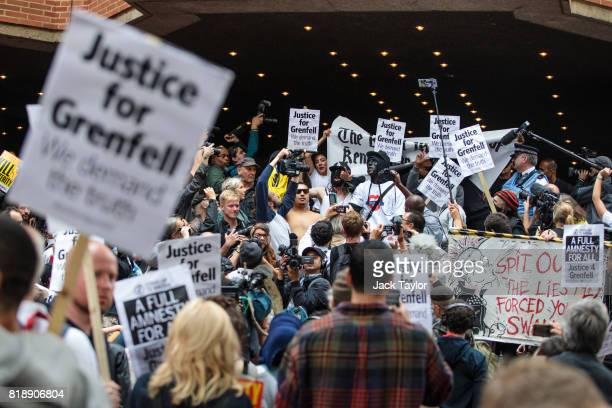 Protesters with placards and banners demonstrate outside Kensington and Chelsea Town Hall on July 19 2017 in London England The first full Kensington...