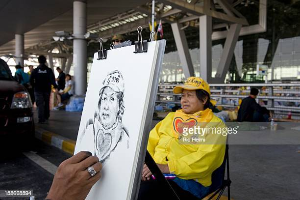 PAD protestor poses for an artist on the fourth day of the antigovernment PAD occupation of Bangkok's Suvarnabhumi international airport Thailand's...