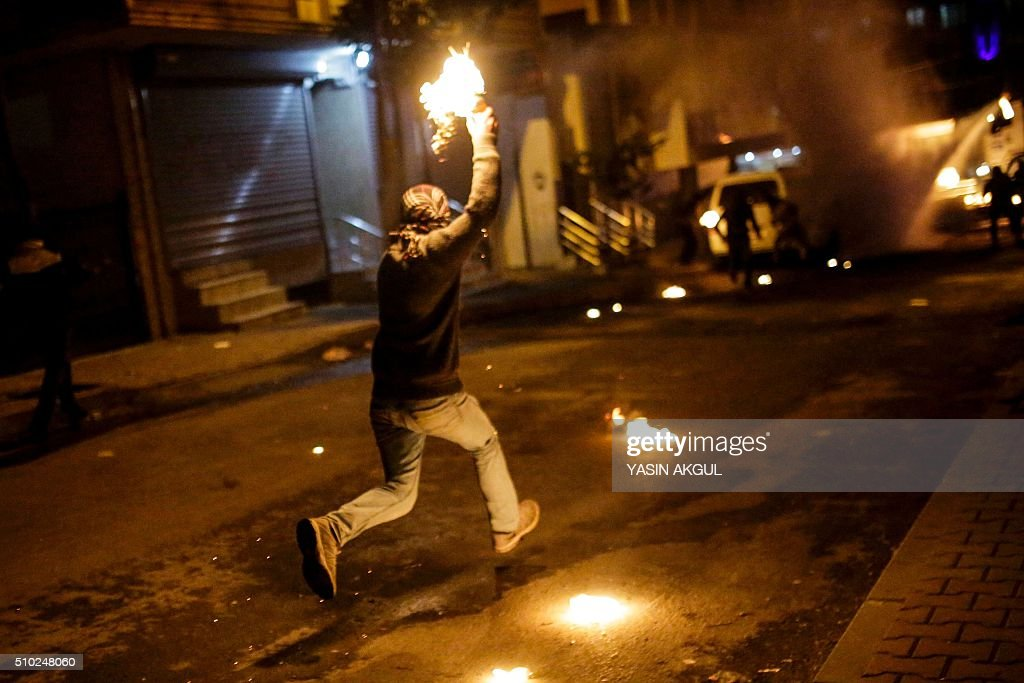 A protestor prepares to throw molotov cocktail at Turkish police during a demonstration against government imposed curfews imposed on areas of eastern Turkey, on February 14, 2016 in Istanbul. / AFP / YASIN AKGUL