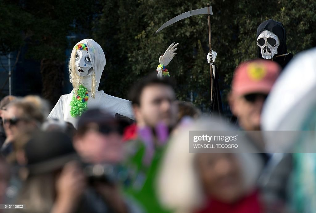 Protestors and climate activists hold a protest rally in Australian Prime Minister Malcolm Turnbull's electorate in Sydney on June 26, 2016. Hundreds of activists gathered in Sydney demanding more action on climate change from the Coalition. / AFP / WENDELL