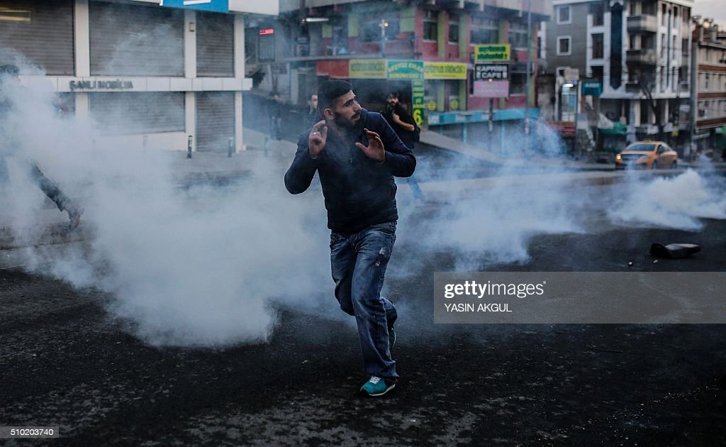Protestors clash with Turkish police as they demonstrate against curfews in eastern Turkey on February 14, 2016, in Istanbul. / AFP / YASIN AKGUL