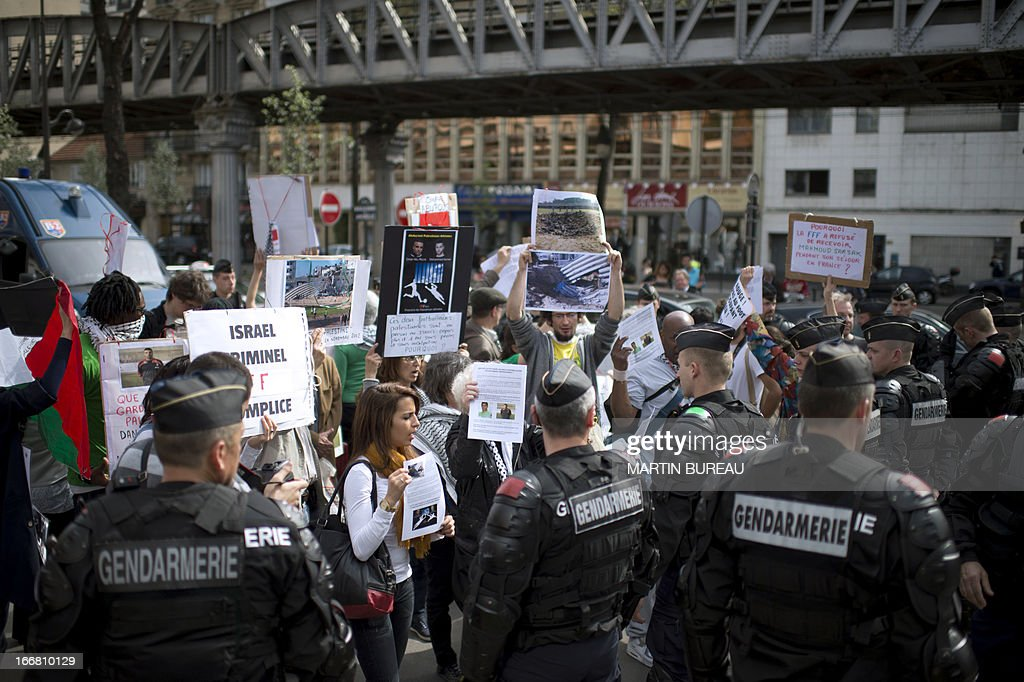 Protestors demonstrate to call for the release of two Palestinian soccer players in an Israeli jail, on April 17, 2013 in front of the French football Federation (FFF) in Paris.