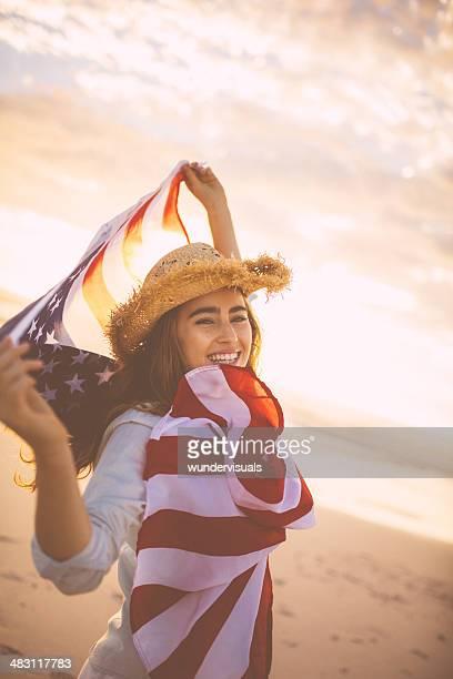 Stolz american girl holding Sternen und Streifen
