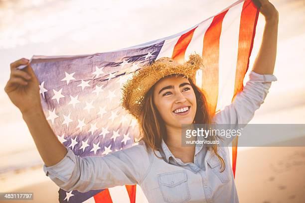 Stolz amerikanischer Frau holding Sternen und Streifen