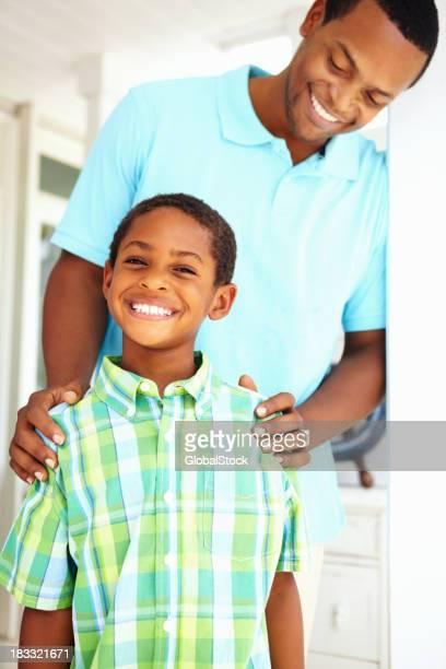 Stolzer Vater mit Sohn