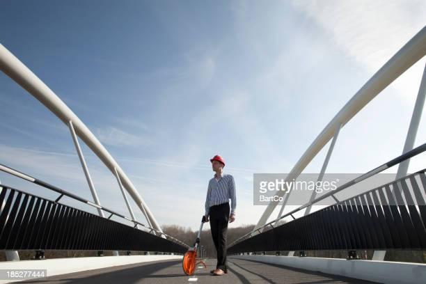 Stolze Ingenieur und Bau einer Brücke