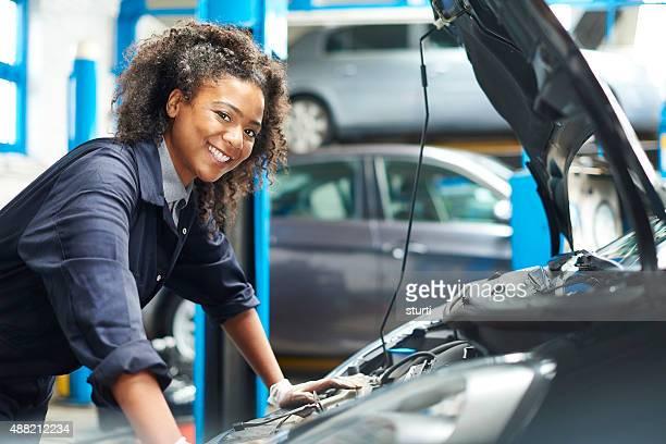 Stolze Geschäftsfrau Automechaniker