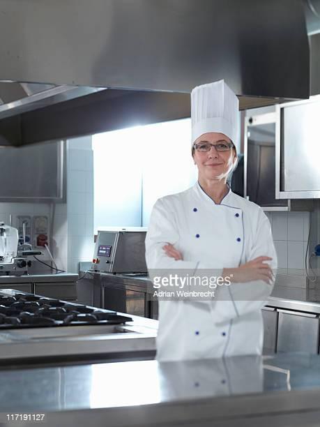 Heureux Chef debout dans son Restaurant