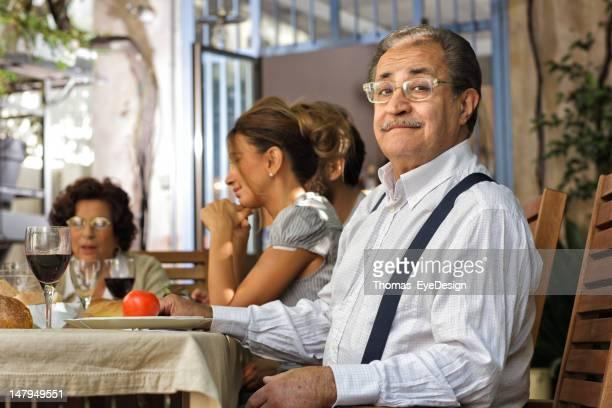 Stolze italienische Großvater ein Mittagessen mit der Familie